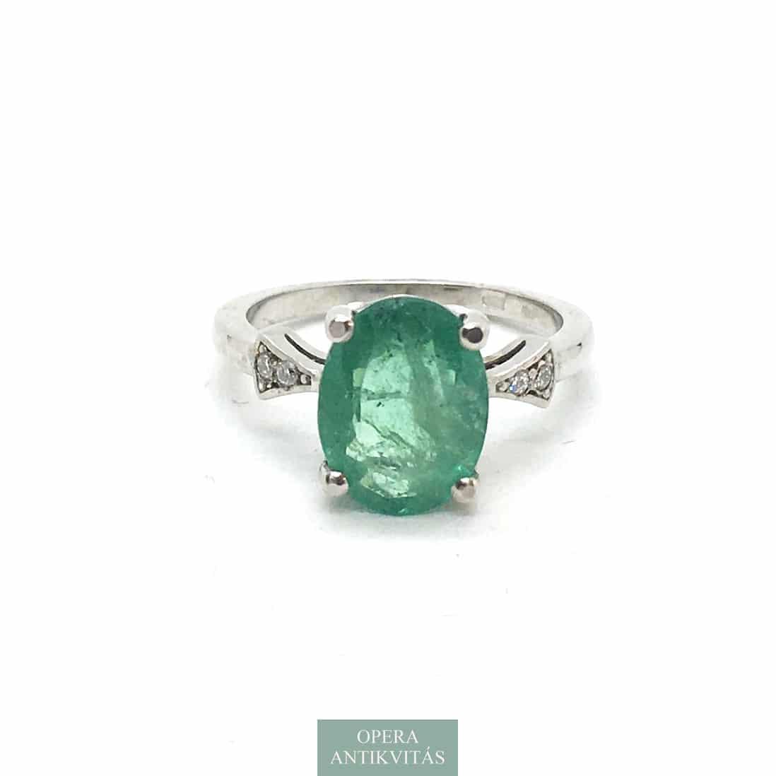 Gyűrű smaragddal és gyémántokkal