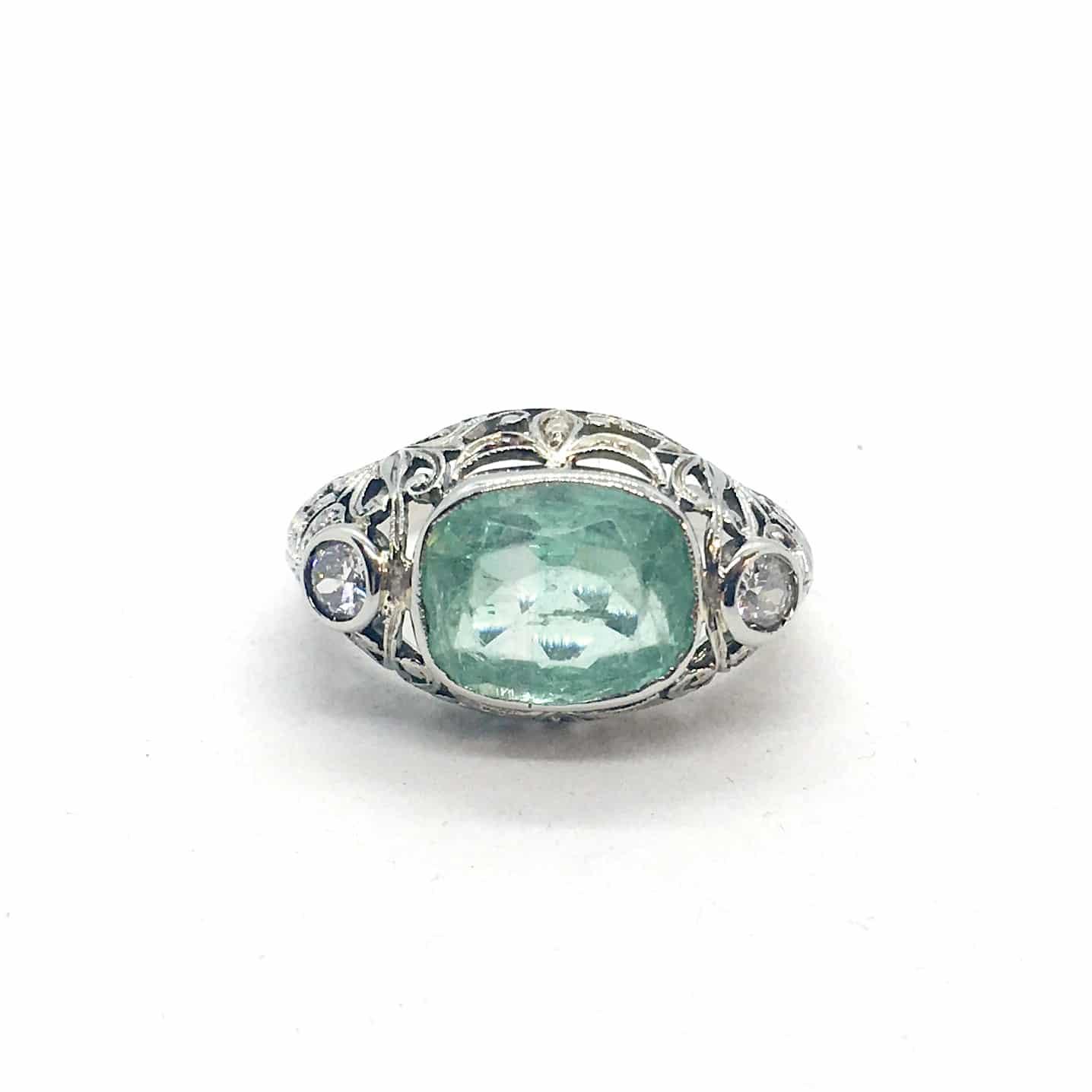 Régi fehérarany gyűrű gyémántokkal és berillel.