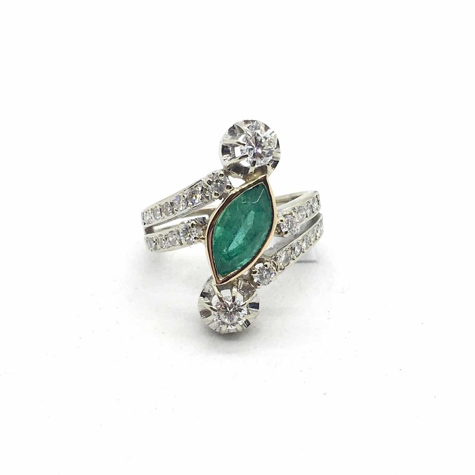 2800. Fehérarany Gyűrű Gyémántokkal és Smaragddal