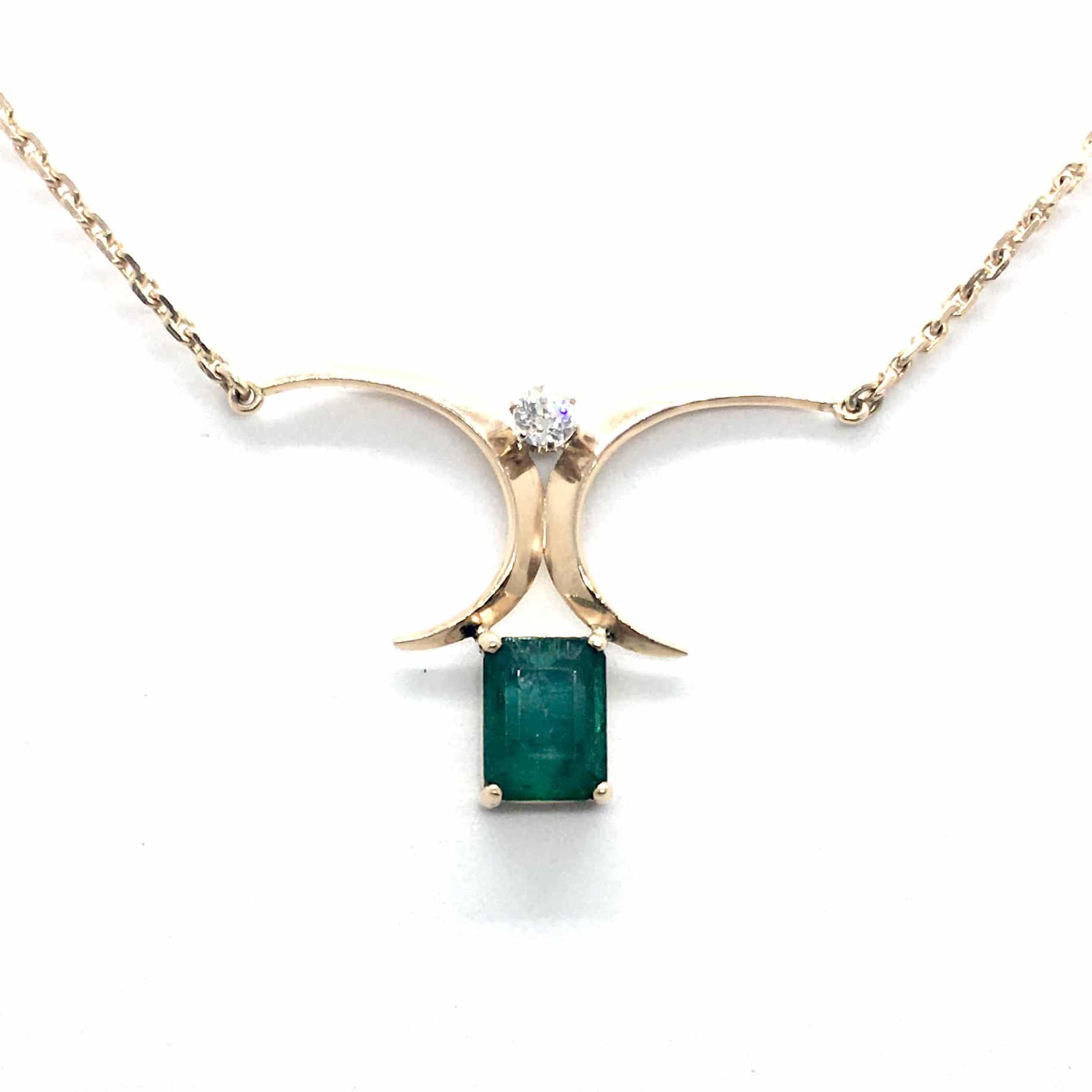 R85. Arany Nyakék Gyémánttal és Smaragddal